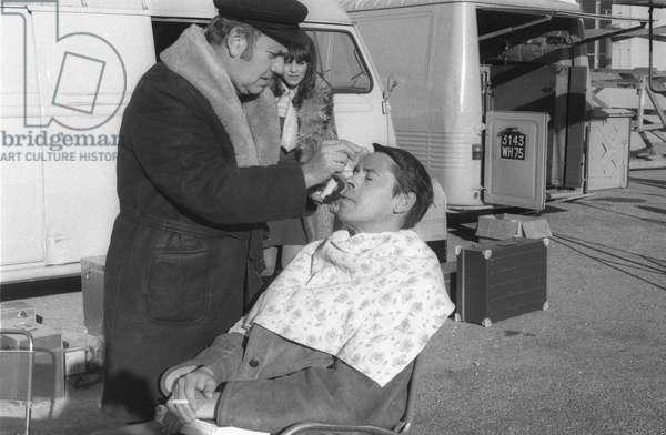 Le chanteur et acteur belge Jacques Brel se maquille avant de tourner une scène sur le tournage du film «briseurs de loi» de MarcelCarne à Aix en Provence, ici avec l'actrice française Catherine Rouvel, le 4 décembre 1970