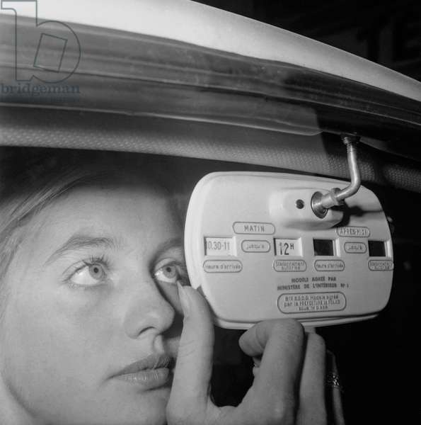 Invention : a parking disc which is also a rearview mirror, Paris, September 28, 1960 (b/w photo)