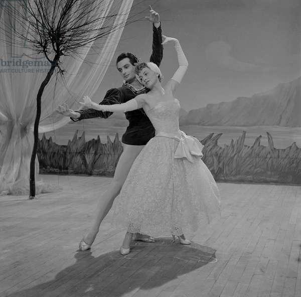 Le danseur de ballet français Michel Renault enseigne à l'actrice britannique Olivia de Havilland à danser sur le tournage du film «La fille de l'ambassadeur» de NormanKrasna à Paris, le 19 octobre 1955