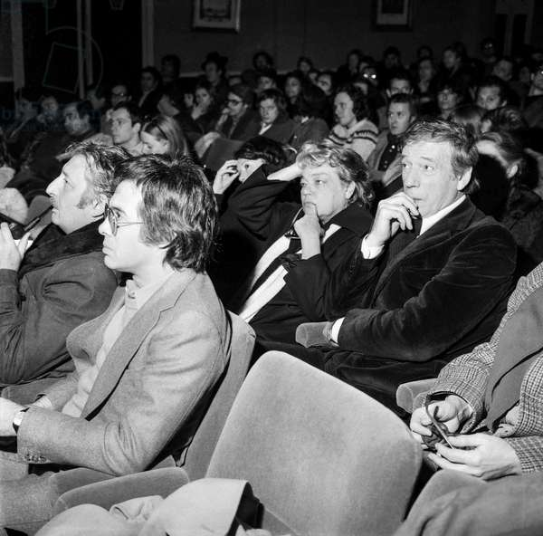 Artists on strike, Paris, December 17, 1976 : Guy Bedos (front row), Yves Montand, Simone Signoret during a meeting (b/w photo)