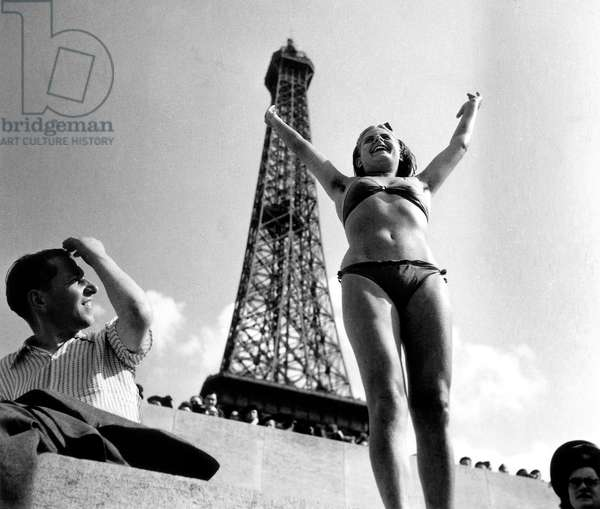 Sun in Paris on July 1945 : Woman With A Bikini in Front of Eiffel Tower (b/w photo)