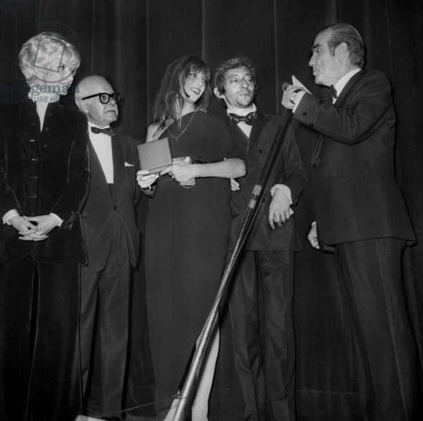 Nuit Du Cinema (Movie Prize Giving) in Paris on November 28, 1969 : Daniele Gilbert, Andre Luguet, Jane Birkin, Serge Gainsbourg and Pierre Louis (b/w photo)