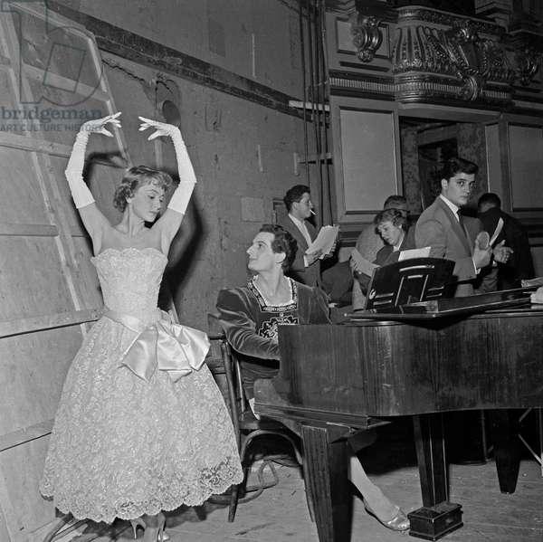 L'actrice britannique Olivia de Havilland et le danseur de ballet français Michel Renault sur le tournage du film de NormanKrasna «La fille de l'ambassadeur» à Paris, le 19 octobre 1955