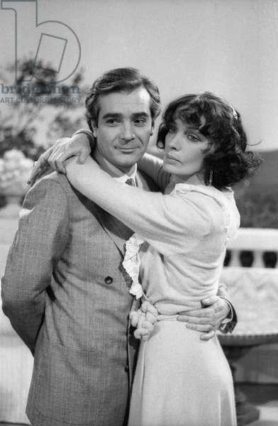 L'acteur français Pierre Arditi et la chanteuse et actrice française Marie Laforet lors de l'enregistrement télévisé de la pièce Pauline ou l'écume de la mer le 20 décembre 1983