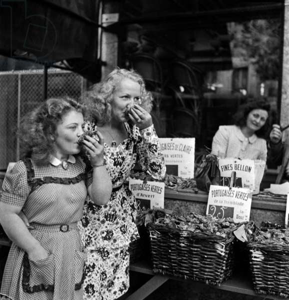 Women Eating Oysters, Paris, September 1946 (b/w photo)