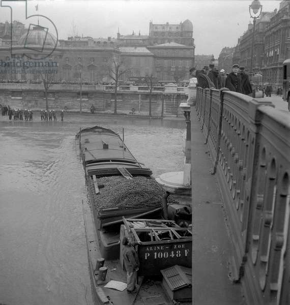Floods of the Seine, Barge accident, 1952