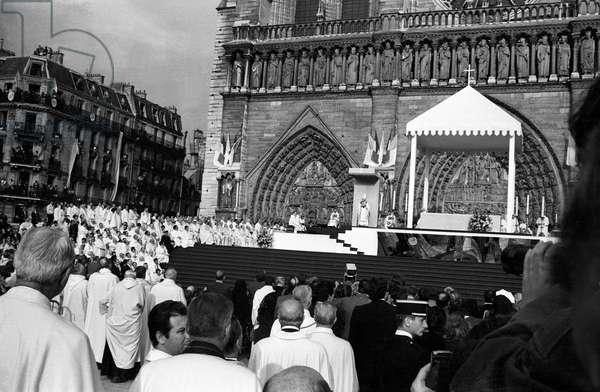 Pope John Paul Ii Celebrating Mass Outside Cathedral Notre-Dame De Paris May 30, 1980 (b/w photo)