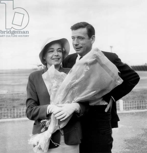 Yves Montand and Simone Signoret at Orly Airport (Paris) on July 7, 1960 (b/w photo)