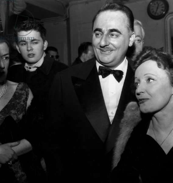 Edith Piaf et Bruno Coquatrix à l'Olympia à Paris, le 7 février 1958 (photo b/s)