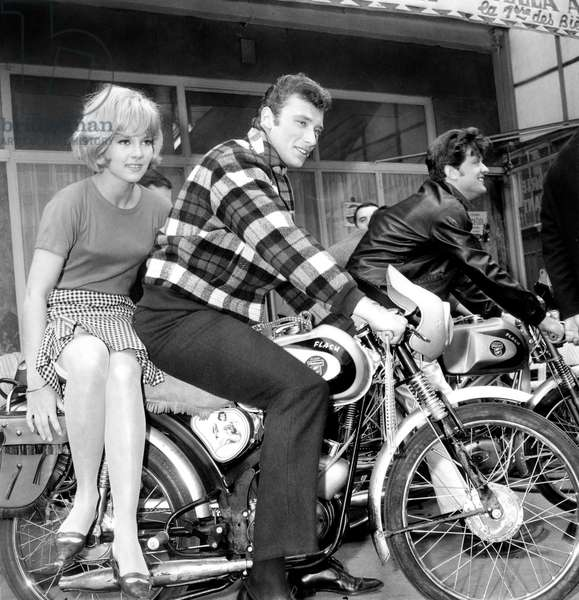 D'Ou Viens Tu Johnny ? Where Are You From, Johnny ? De Noelhoward Avec Sylvie Vartan Et Johnny Hallyday (Moto Flash Paloma) Le 22 Mai 1963 (b/w photo)