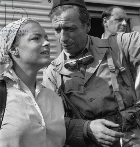 Yves Montand et Romy Schneider sur Set of Film Paris Brule-T-Il? Par Reneclement le 15 août 1965 (photo b/w)