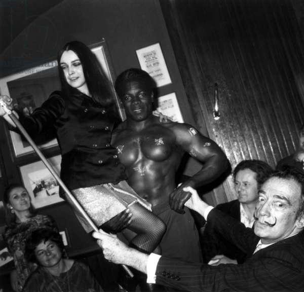 Salvador Dali Admiring Mr Univers Nicolas Kleber April 19, 1967 (b/w photo)