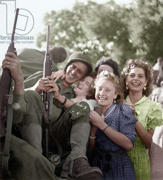 Liberation of Paris, August 1944 : Paul Casanova, French Soldier of The 2Nd Armoured Leclerc Division, Greeted Joyfully By Young Women : Jacqueline Jordane Embracing Him, Paulette Modarresse To Whom He Offered A Chocolate Bar (photo)