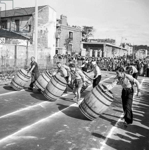 French championship of people rolling the barrels, Montreuil, France, September 24, 1950 (b/w photo)
