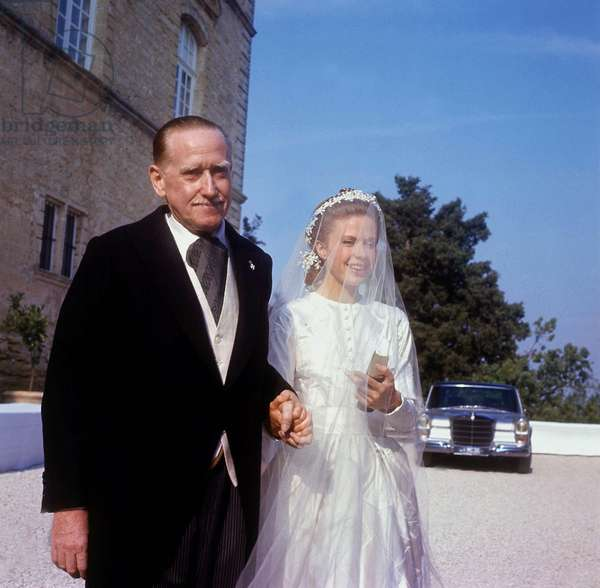 Wedding of Prince Jacques of France, Duke of Orleans and Gersende De Sabran-Ponteves, August 3, 1969 in Ansouis : Gersende De Sabran Ponteves With her Father Foulques De Sabran-Ponteves, Duke of Sabran (photo)