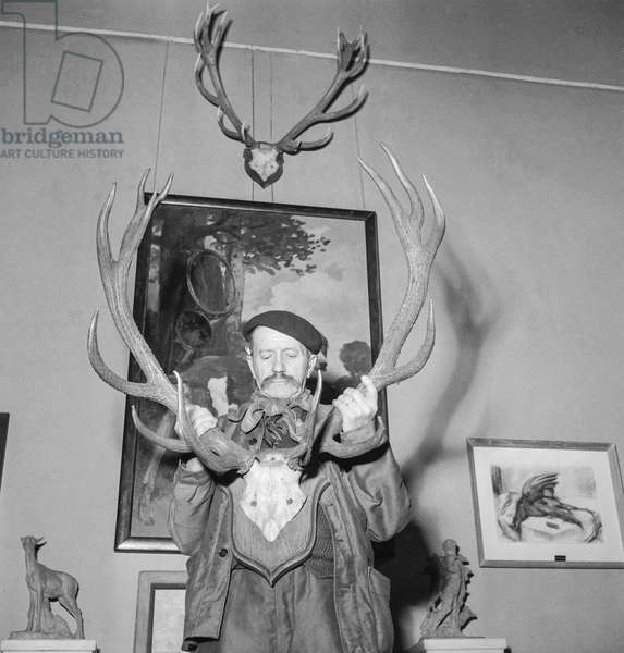 "The ""Salon d'hiver"" (art exhibition) in Paris, October 19, 1950 (b/w photo)"