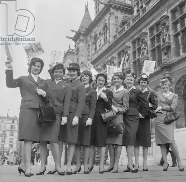 Airport receptionists outside Paris city hall for the day of the smile, September 23, 1960 (b/w photo)