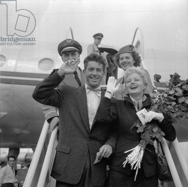 Farley Granger and Shelly Winters arrives in Paris, 1951