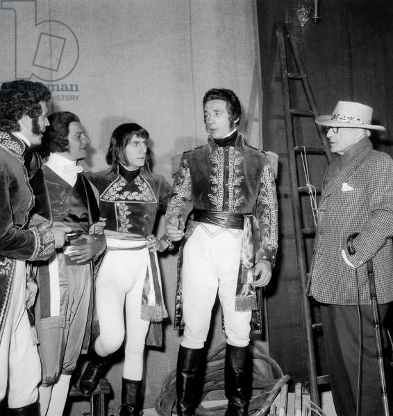 Henri Vidal, Serge Reggiani, Daniel Gelin (Napoléon), Yves Montand et Sacha Guitry sur le plateau du film Napoléon le 1er juillet 1951 (photo b/w)