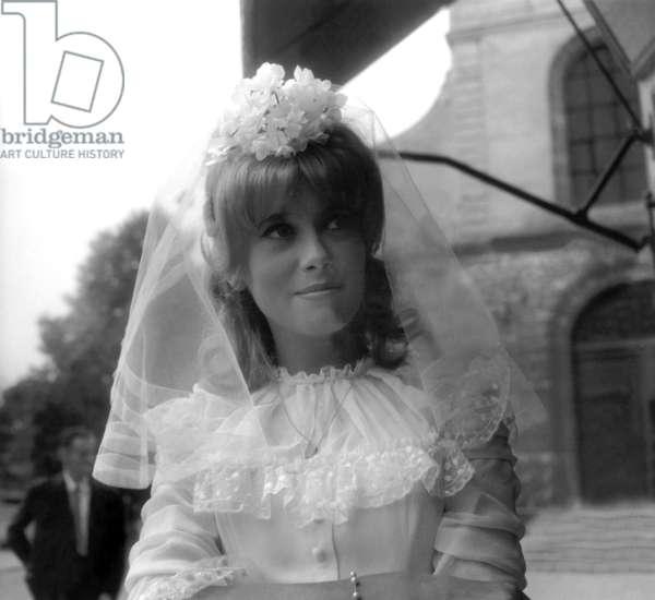 L'actrice française Catherine Deneuve en tant que mariée sur le tournage du film de RogerVadim «Vice and Virtue» à Epinay Sur Seine le 30 juillet 1962)