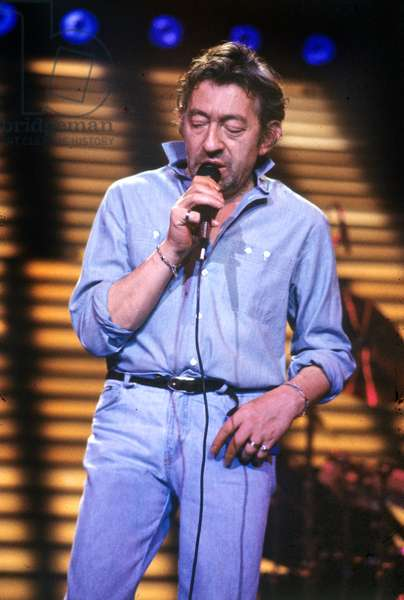 Le chanteur français Serge Gainsbourg à Paris sur scène le 20 septembre 1985 (photo)