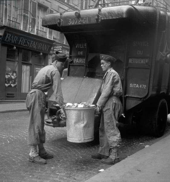Dustmen in Paris, October 15, 1949 (b/w photo)