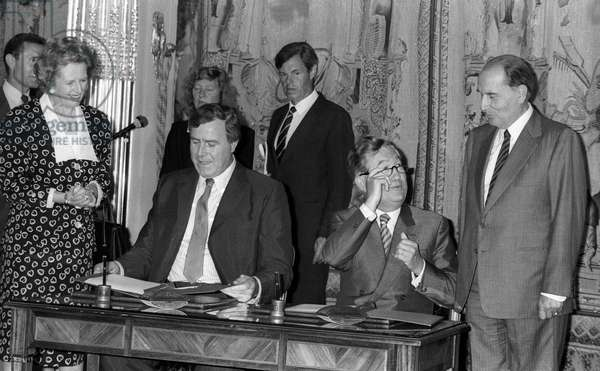 Signature at the Elysee, Paris, for tunnel under the Channel, July 29, 1987 : Margaret Thatcher, Ewen Fergusson, Jean-Bernard Raimond and Francois Mitterrand (b/w photo)