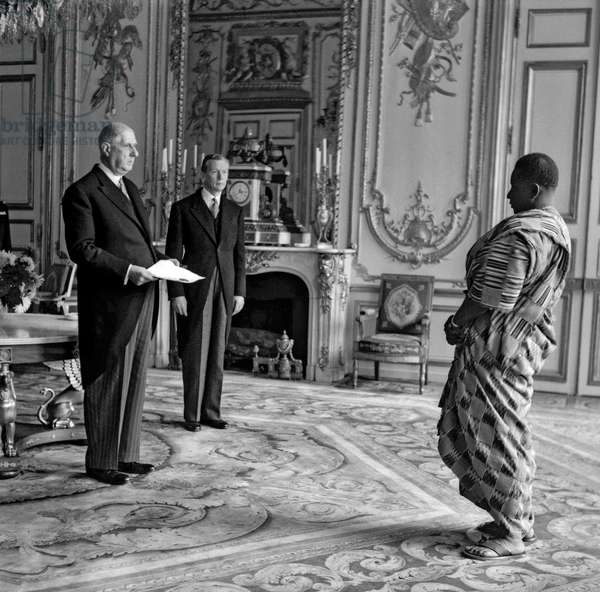 Joachim Hunlede, ambassador of Togo in Paris, with French president Charles de Gaulle and French minister of Foreign affairs Maurice Couve de Murville, at the Elysee, Paris, October 15, 1960 (b/w photo)
