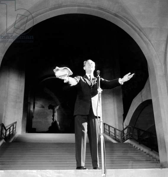 Charles Trenet during TV Programme in Louvre Museum in Paris October 16, 1953 (b/w photo)