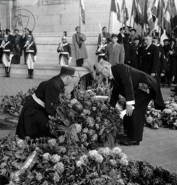 Ceremony given on November 11, 1949 in Paris (Arc de Triomphe) : French president Vincent Auriol putting flowers on the tomb of the unknown soldier (b/w photo)