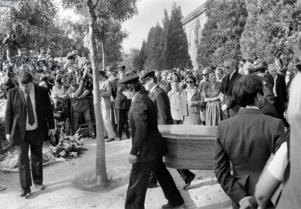 Funerals of Simone Signoret in Pere Lachaise Cemetry, Paris : here Yves Montand, her Daughter Catherine Allegret, October 01, 1985 (b/w photo)