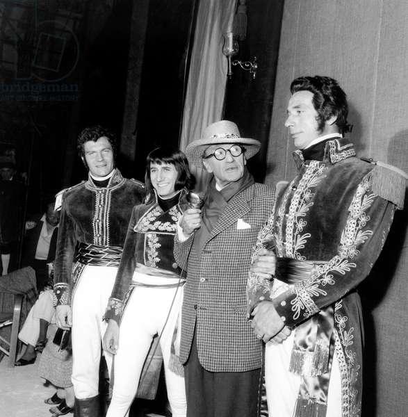 Henri Vidal, Daniel Gelin (Napoléon), Sacha Guitry et Yves Montand sur le plateau du film Napoléon le 1er juillet 1954 (photo b/w)