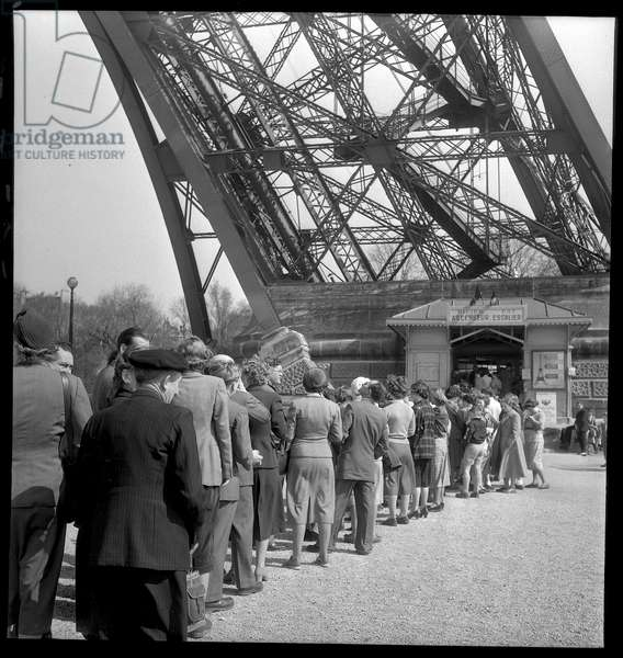 Tourists lining up to visit the Eiffel Tower, 1952