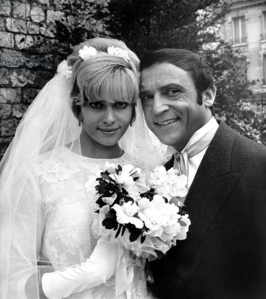 Mariage de film pour Sophie Agacinski et Jean-Marc Thibault sur le plateau du film «Les Malabars Sont La» à Versailles 27 octobre 1965 (photo b/w)
