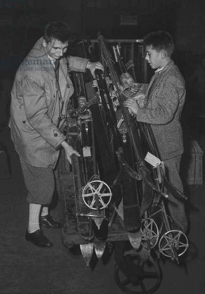 Skiers leaving for mountain, Paris, December 23, 1949 (b/w photo)