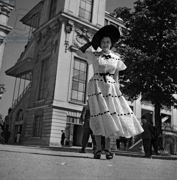 Fashion in Longchamp, Paris, June 22, 1949 : elegant woman (b/w photo)
