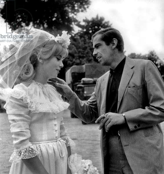 L'actrice française Catherine Deneuve et le réalisateur français Roger Vadim (1928-2000) sur le tournage de «Vice et Virtue» le 30 juillet 1962