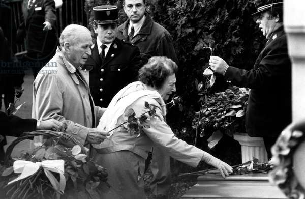 Carole Amiel'S Parents, Put A Flower on The Coffin of her Husband, Yves Montand Died on November 9Th, in The Cimetery of The Pere Lachaise, in Paris, on November 13Th, 1991 (b/w photo)
