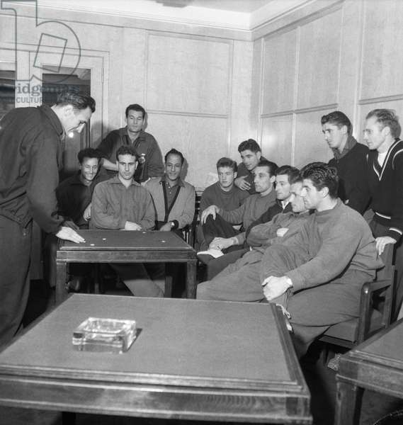 Football, match between France and Austria, French team training, October 30, 1951 : the coach Pierre Pibarot speaking with soccers (b/w photo)