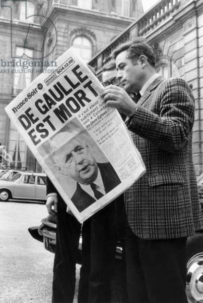 "Journalists Read The Article on The Death of The Former President of The French Republic, Charles of Gaulle (1890-1970), Also in One of The Newspaper ""France-Evening"" of November 11, 1970, in The Court of The Elysee in Paris (b/w photo)"