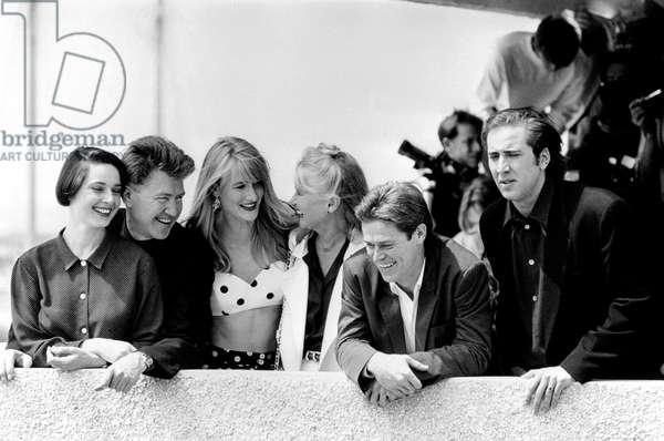 Gold Palm For David Lynch 'S Film Wild at Heart at Cannes Film Festival May 22, 1990 : Isabella Rosselini David Lynch Laura Dern Diann Ladd William Dafoe and Nicolas Cage (b/w photo)