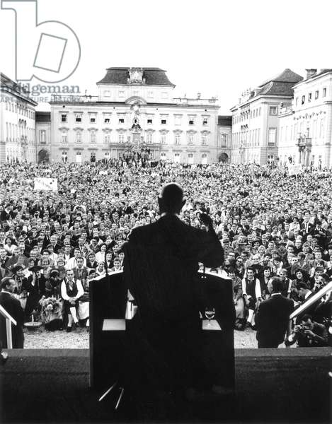 Speech of French President Charles De Gaulle at Ludwigsburg Castle during Visit in Germany September 14, 1962 (b/w photo)