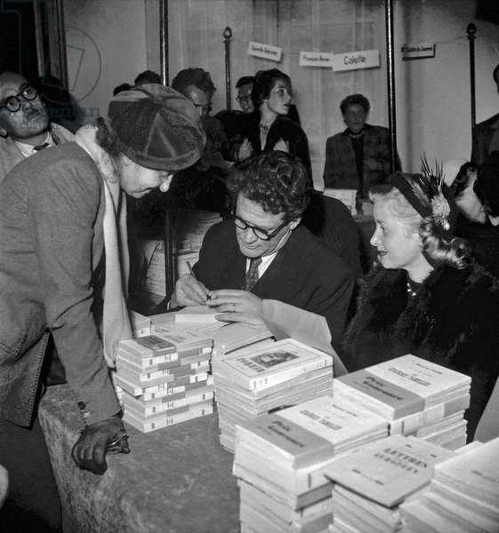 Sale by the CNA (Comite national des acteurs) on October 22, 1949 in Paris : Maurice Druon and Blanchette Brunoy (b/w photo)