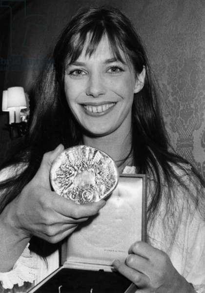 Jane Birkin With her Medal Given By The 'Amicale Des Cadres De L'Industrie Cinematographique'. Paris, Hotel Duret De Chevry, April 11, 1975 (b/w photo)