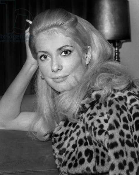 Catherine Deneuve sur le plateau du film «Repulsion» de Romanpolanski, 26 avril 1964 (b/w photo)