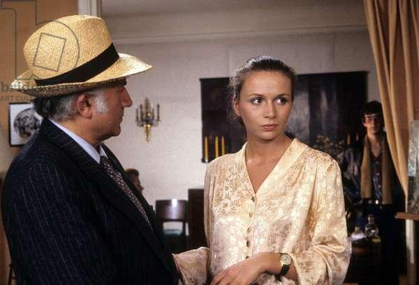 Serie Televisee Les Enquetes Du Commissaire Maigret: Maigret Et Les Braves Gens De Jean-Jacques Goron Avec Alice De Konopka Et Jean Richard, Aout 1982 (photo)