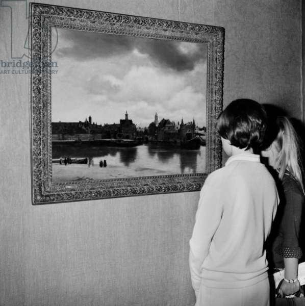 """Large Exhibition """"Dans La Lumiere De Vermeer"""" Organized By The French Government And By The Johan Maurits Van Nassey Foundation Of The Hague At The Musee De L Orangerie Des Tuileries In Paris Ici His Work """"Vue De Delf"""" On September 22, 1966 (b/w photo)"""