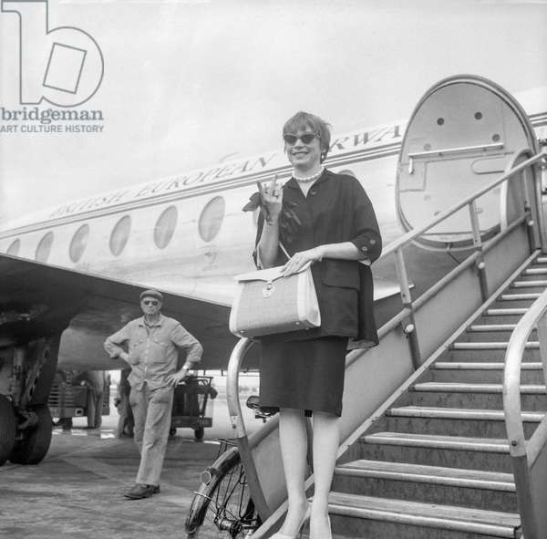Shirley Mac Laine arriving at Bourget airport, Paris, August 23, 1960 (b/w photo)