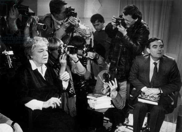 Simone Signoret during TV Programme presented by Bernard Pivot With A Lot of Photographers on February 4, 1985 (b/w photo)