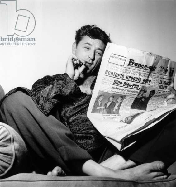 Robert Mitchum in Parisian Hotel Before Going To Cannes Film Festival March 22, 1954 Reading French Paper France Soir (b/w photo)